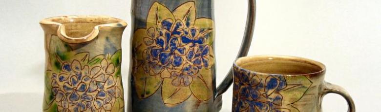 pichets  en terre émaillée - décor hortensia bleu